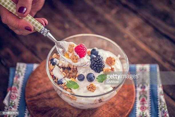 Gesunde Joghurt mit Müsli und frischen Beeren