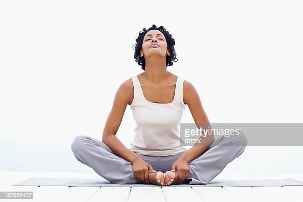Noir saine jeune femme faisant de l'exercice
