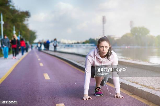 mujer activa recreación joven sana - primera vez fotografías e imágenes de stock