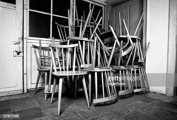 Haufen von alten Stühlen