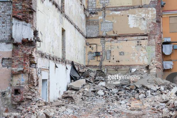 heap of rubble and a demolished building in the background - house collapsing stock pictures, royalty-free photos & images