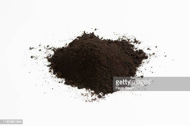 heap of soil on white background - schmutzig stock-fotos und bilder