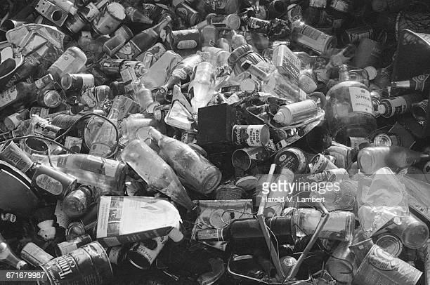 heap of used drink bottles and cans - {{ contactusnotification.cta }} stock pictures, royalty-free photos & images