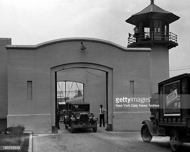 Hearse bearing the body of Mrs Anna Antonio passes through gates of Sing Sing Prison