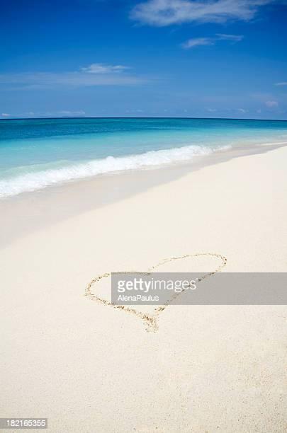 Herz in den weißen Sand