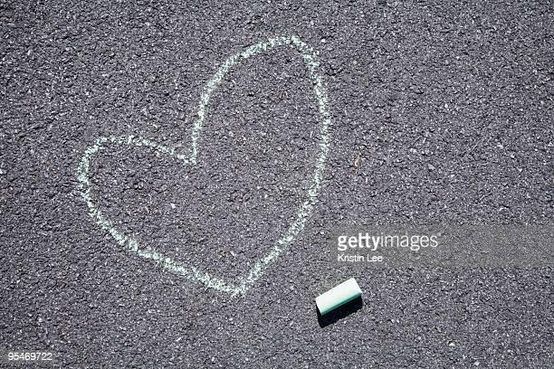 heart on pavement - チョーク ストックフォトと画像