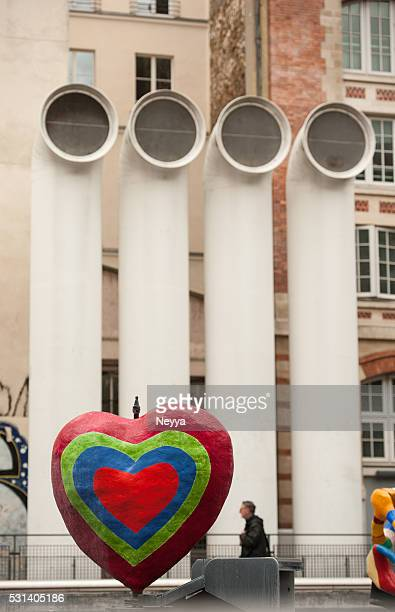 heart sculpture in front the pompidou center - centre georges pompidou stock pictures, royalty-free photos & images