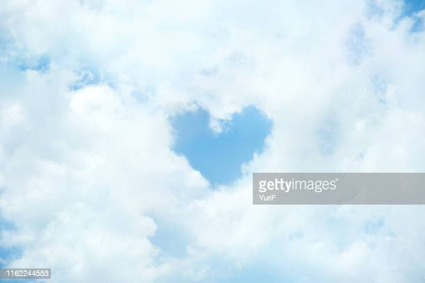 heart shaped cloud - zärtlich stock-fotos und bilder
