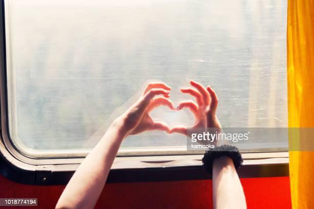 mains devant la fenêtre de l'autobus en forme de coeur - front view photos et images de collection
