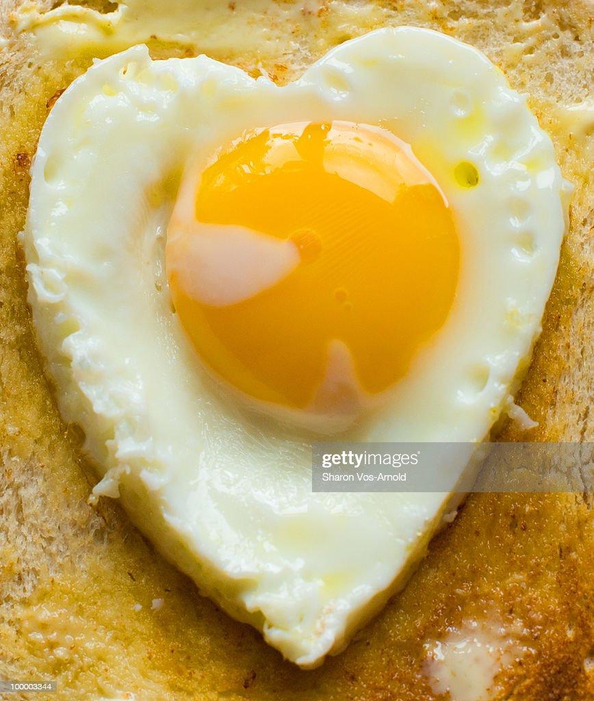 Heart shaped organic egg on wholemeal toast : Stock-Foto