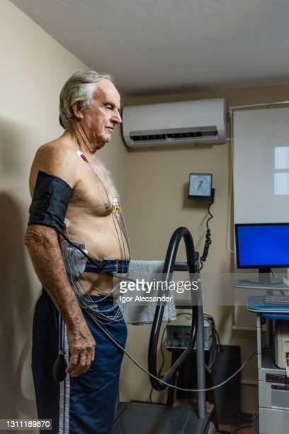 test cardiaque chez le cardiologue - accompagnement photos et images de collection