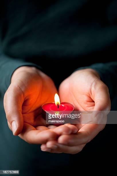 ハート型のキャンドルで彼女の手