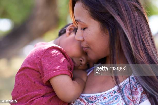 heartwarming moments with mom - single mother stock pictures, royalty-free photos & images