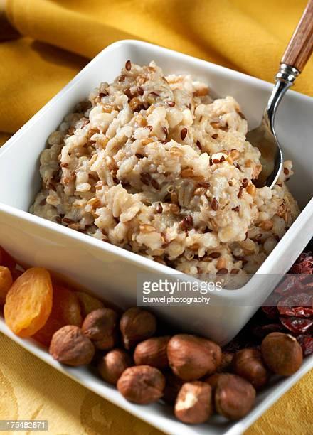 Herzhaftes sechs Grain-Müsli mit Nüssen und getrockneten Früchten
