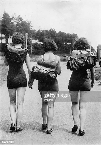 Heat wave in England three young women hiking in swimming suits Photograph Around 1935 [Hitzewelle in England drei junge Frauen wandern im Badeanzug...