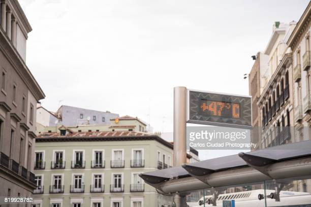 heat wave in the city center of madrid, spain - calientes fotografías e imágenes de stock