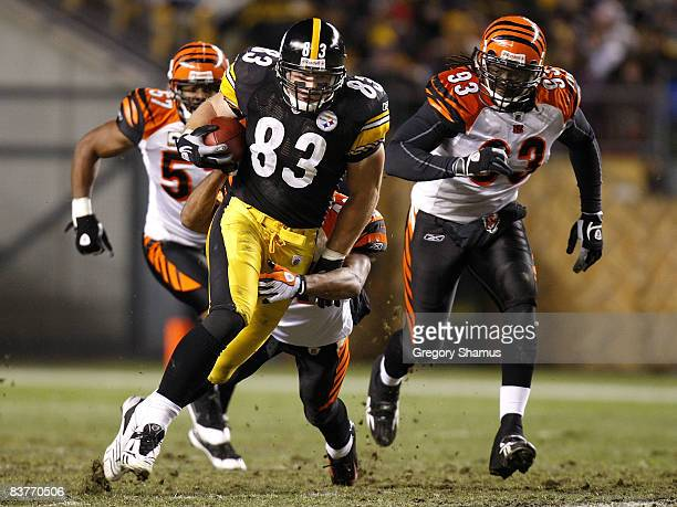 Heath Miller of the Pittsburgh Steelers runs against Rashad Jeanty and Dhani Jones of the Cincinnati Bengals after a secondquarter catch on November...
