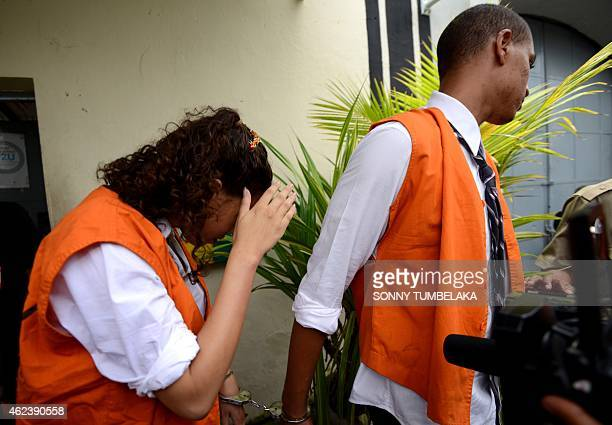 Heather Mack holds Tommy Schaefer of the US walk to a prisoner car at Kerobokan prison in Denpasar on Indonesia's resort island of Bali on January...
