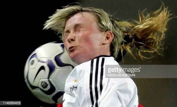 Heather Mitts vies with Germany's Conny Pohlers during the final of the XII World feminin championship football match, Algarve Cup, at the Algarve...