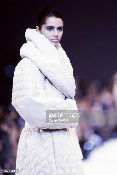 Heather Stewart-Whyte au défilé Issey Miyake, Prêt-à-Porter, collection Automne-Hiver 1990-91 à Paris en mars 1990, France.