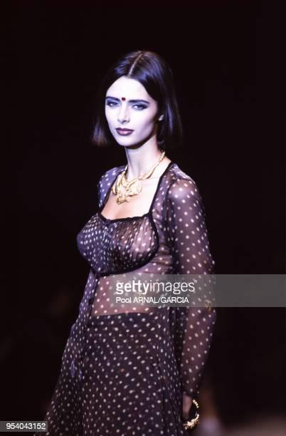 Heather Stewart-Whyte au défilé Kenzo, Prêt-à-Porter, collection Printemps-été 1992 à Paris en octobre 1991, France.