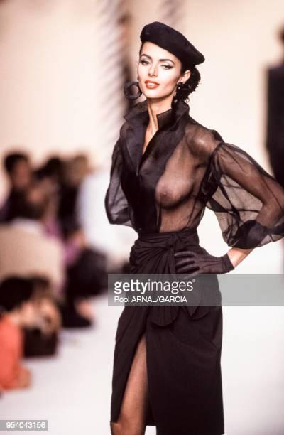 Heather Stewart-Whyte au défilé Michel Klein, Prêt-à-Porter, collection Printemps-été 1992 à Paris en octobre 1991, France.