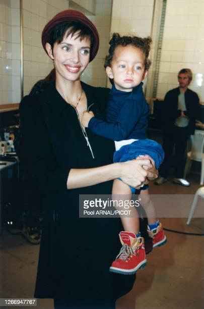 Heather Stewart-Whyte avec sa fille Elijah dans les coulisses du défilé Hervé Leger Prêt-à-Porter Printemps/Eté 98, le 18 octobre 97 à Paris, France.