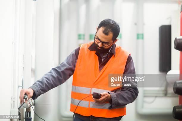 heating engineer checking system - veste et blouson photos et images de collection