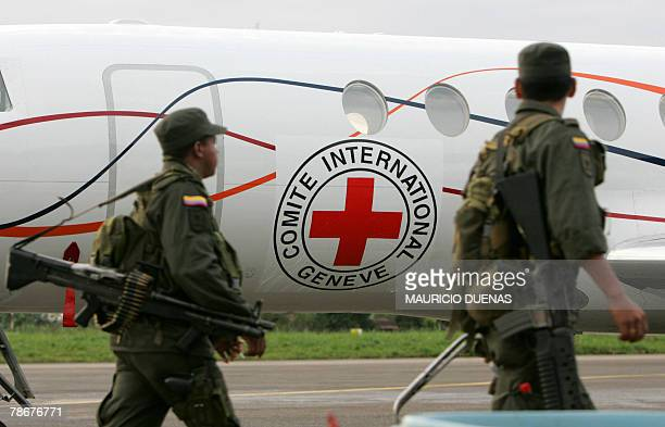 Heavily armed Colombian policemen patrol 30 December 2007 around a Venezuelan Falcon Dassault airjet sitting on the tarmac of the airport of...