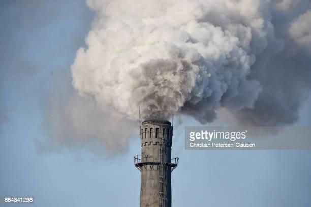 heavy air pollution from chinese factory smokestack - raucher lunge stock-fotos und bilder