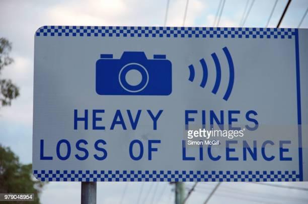 'heavy fines: loss of licence' speed camera sign - 新南威爾斯 個照片及圖片檔