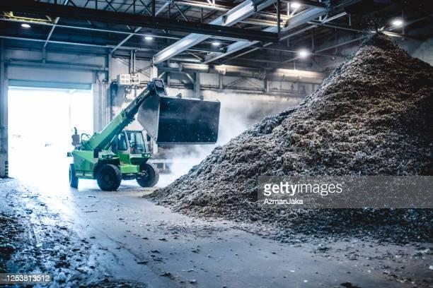 廃棄物施設でのリサイクル可能物の管理用重機 - 持続可能な開発目標 ストックフォトと画像
