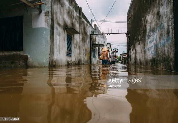 heavy rain causes flooding in ho chi minh city ( saigon ) thu thiem district 2 - meteorología extrema fotografías e imágenes de stock
