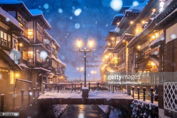 heavy snow blizzard in obanazawa ginzan onsen, japan hot springs town. - 温泉 ストックフォトと画像