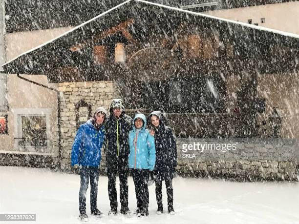 starker schneefall in den europäischen alpen - istock stock-fotos und bilder