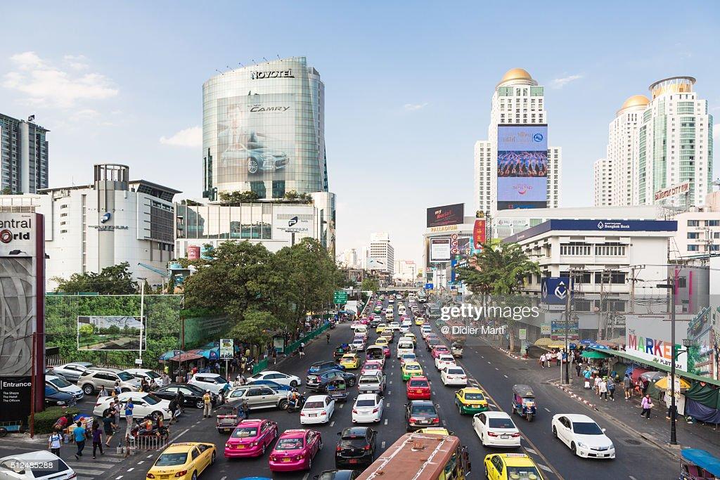 Heavy traffic in Bangkok shopping district : ストックフォト