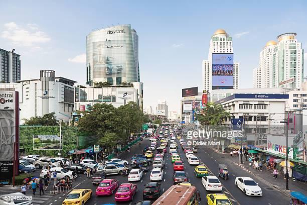 heavy traffic in bangkok shopping district - ラチャダムリ通り ストックフォトと画像