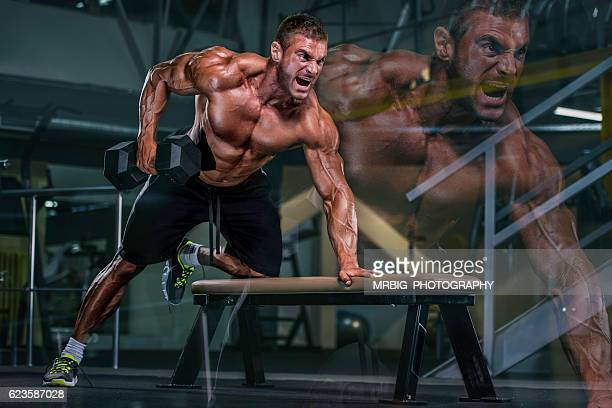 heavy workout at the gym - bodybuilding stockfoto's en -beelden