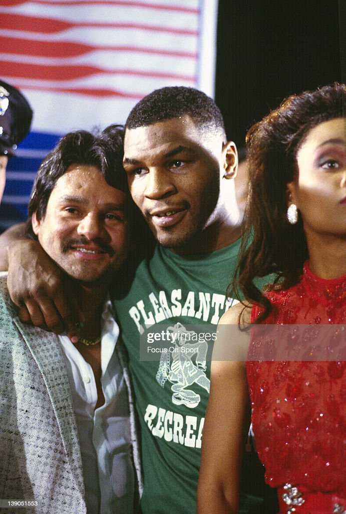 Michael Spinks v Mike Tyson : News Photo