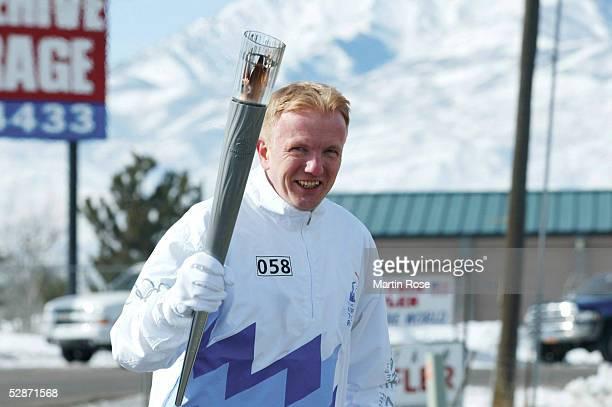 CITY 2002 Heber City Das deutsche IOC Mitglied Dr Roland BAAR/GER uebernahm als Fackellaeufer in Heber City das Olympische Feuer