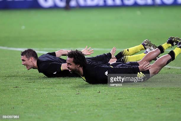 hechtsprung von Sebastian Kehl Borussia Dortmund und Owomojela Borussia Dortmund feiert die deutsche Fussballmeisterschaft durch den Sieg gegen...
