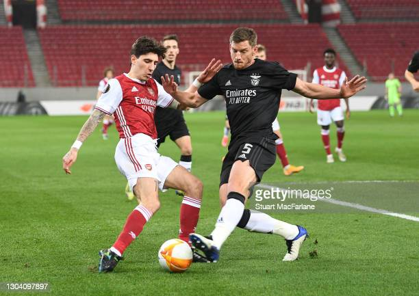 Hector Bellerin of Arsenal is challenged by Jan Vertonghen of Benfica during the UEFA Europa League Round of 32 match between Arsenal FC and SL...