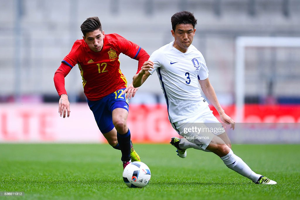 Hector Bellerin of Spain competes for the ball with Yun Suk-Young of Korea during an international friendly match between Spain and Korea at the Red Bull Arena stadium on June 1, 2016 in Salzburg, Austria.