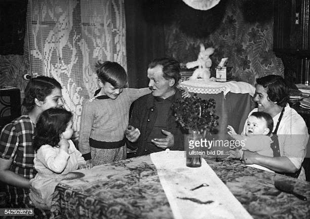 Hector Haernes einer der französischen Kriegsgefangenen die als kinderreiche Väter von Deutschland freigelassen wurden erzählt seiner Familie von...