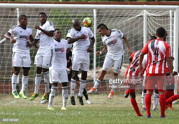 Hector Murillo of Expreso Rojo shoots the ball and scores the opening goal against America de Cal during a match between America de Cali and Expreso...