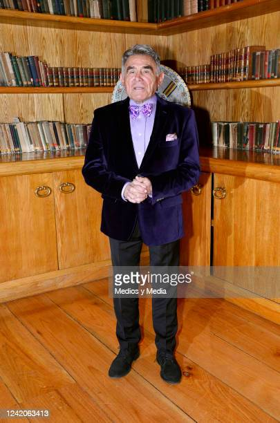 Hector Suarez pose for photo during a conference of the play 'El Crédito' on January 16 in 'Club de Banqueros' in Mexico City Mexico