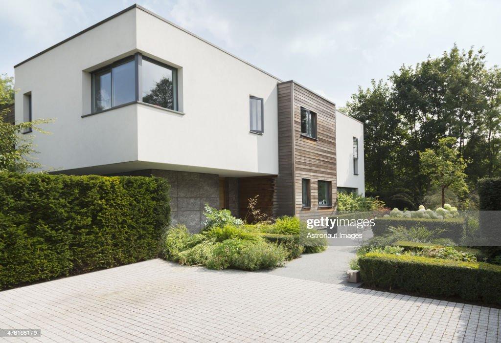 Hedges um modernen Haus : Stock-Foto