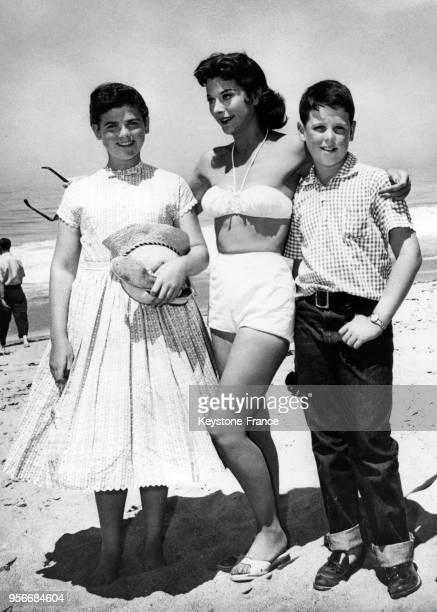 Hedy Lamarr et ses deux enfants Denise et Anthony sur une plage des EtatsUnis en 1958