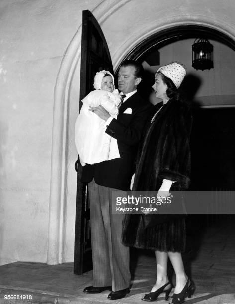 Hedy Lamarr son époux John Loder et leur bébé Denise de 10 mois sortant de l'église après le baptême aux EtatsUnis en 1945
