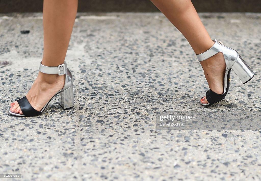 Street Style - September 2016 New York Fashion Week - Day 3 : News Photo